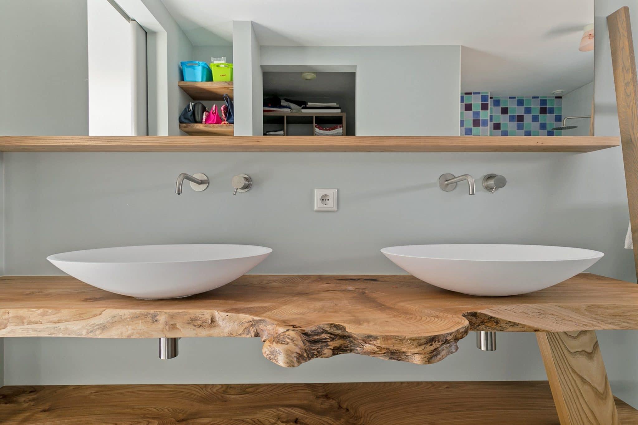 De badkamer van de levensloopbestendige schuurwoning