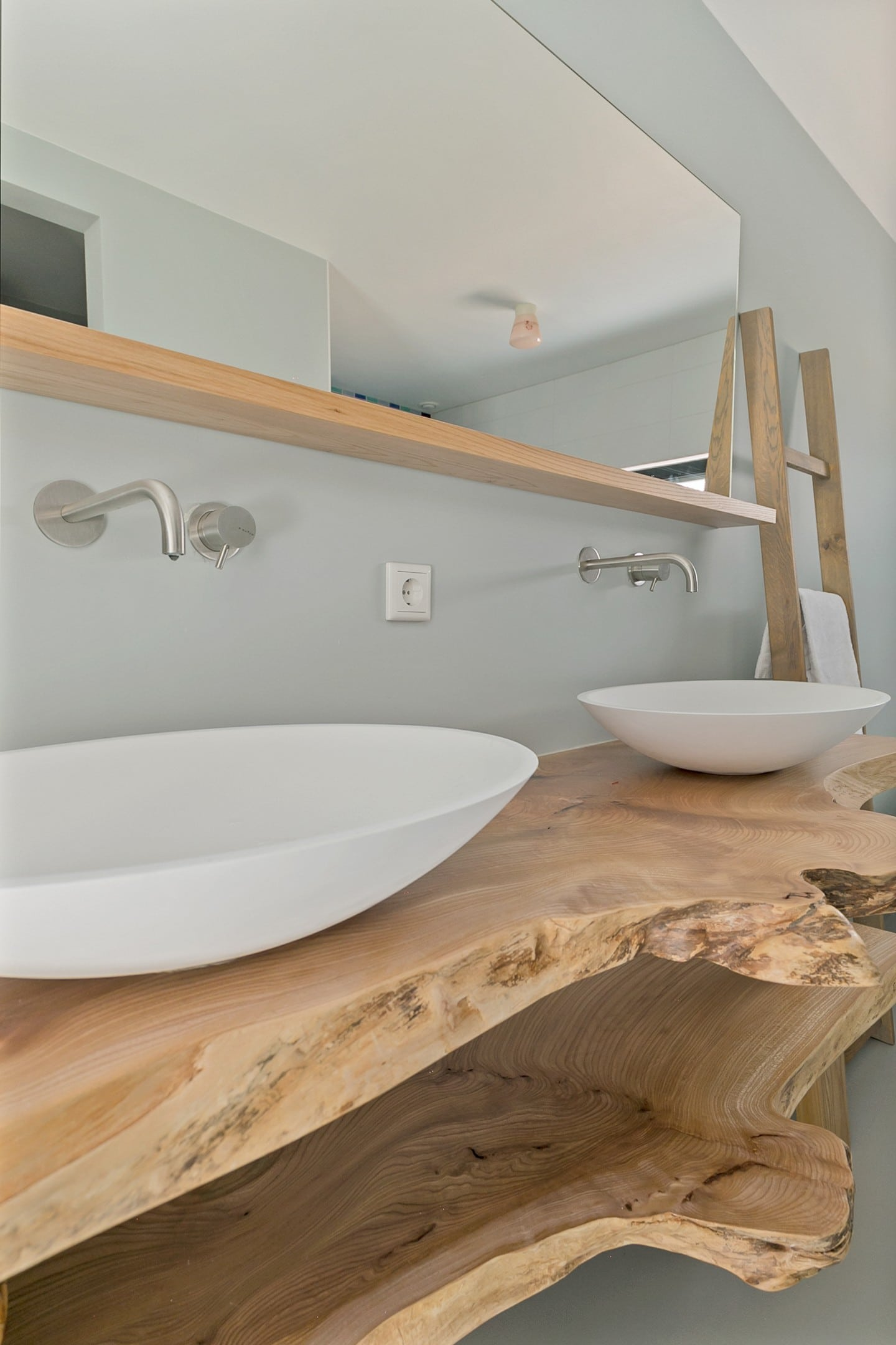 Het houten badkamermeubel
