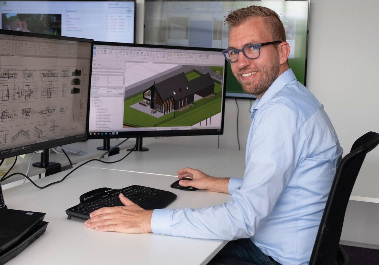 Arjan Koobs achter zijn bureau