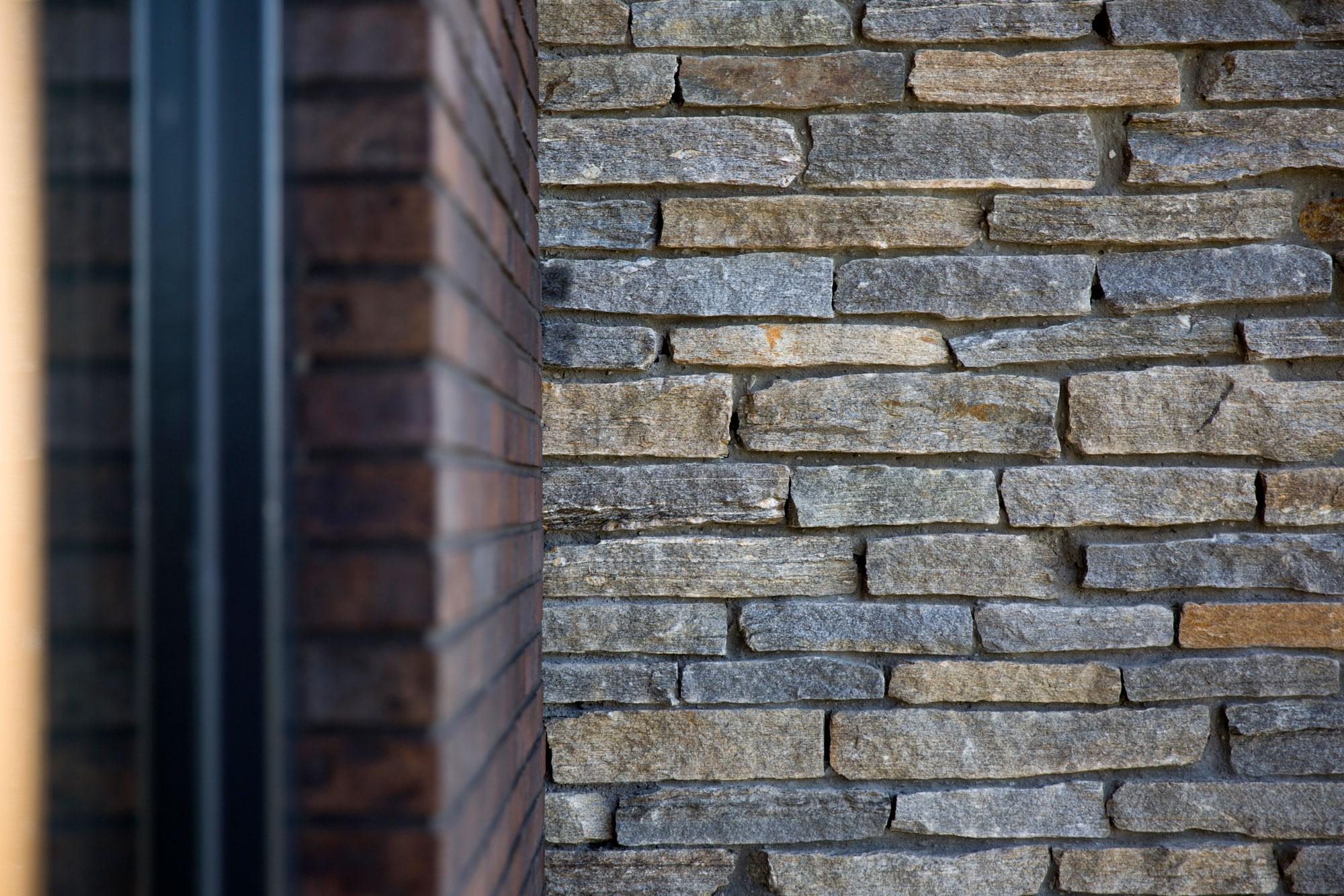 Natuurstenen gevelafwerking woning
